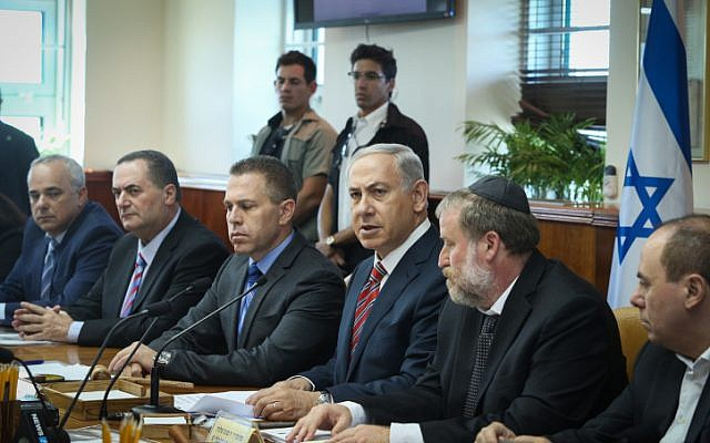 Prime Minister Benjamin Netanyahu leads the weekly cabinet meeting on October 11, 2015. (Amit Shabi, Pool)