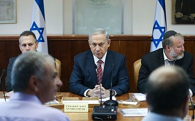 Prime Minister Benjamin Netanyahu leads the weekly cabinet meeting at in Jerusalem, October 11, 2015. (Amit Shabi/Pool)
