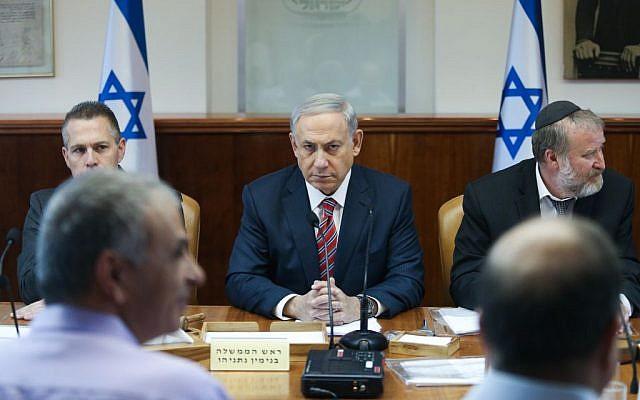 Prime Minister Benjamin Netanyahu leads the weekly cabinet meeting at in Jerusalem, October 11, 2015. (Amit Shabi/Pool)