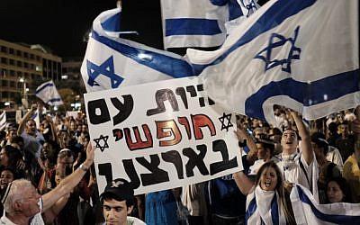 Demonstrators protest in Rabin Square in Tel Aviv over the recent escalation of terror attacks on Israeli Jews, on October 11, 2015. (Tomer Neuberg/Flash90)