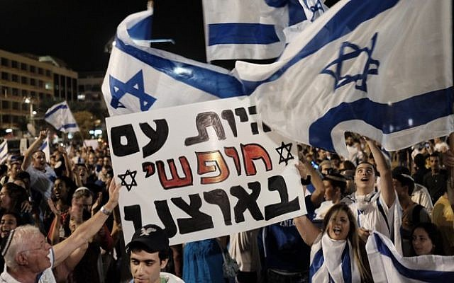 Demonstrators protest in Rabin Square in Tel Aviv over the recent escalation of terror attacks on Israeli Jews, on October 11, 2015. (Tomer Neuberg/Flash90)