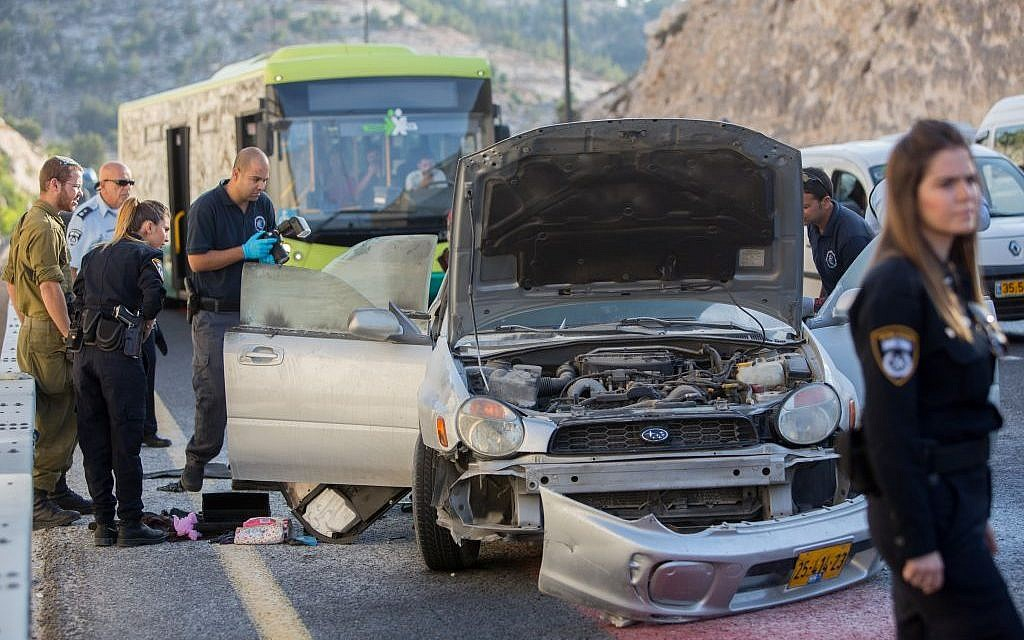 Police and a forensic team at the scene of an attempted bombing near Ma'ale Adumim, just east of Jerusalem, on Sunday, October 11, 2015 (Yonatan Sindel/Flash90)