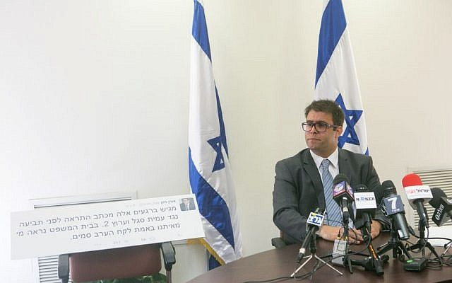 Likud MK Oren Hazan holds a press conference at the Knesset announcing he submitted a lawsuit for 1 million shekels against Channel 2 news reporter Amit Segal for libel, October 12, 2015. (Miriam Alster/Flash90)