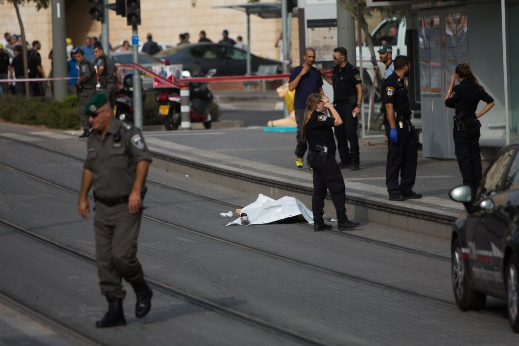 Police near the body of a 15-year-old Palestinian stabber at the scene of an attack in the northern Jerusalem neighborhood of Pisgat Ze'ev on Monday, October 12, 2015 (Yonatan Sindel/Flash90)