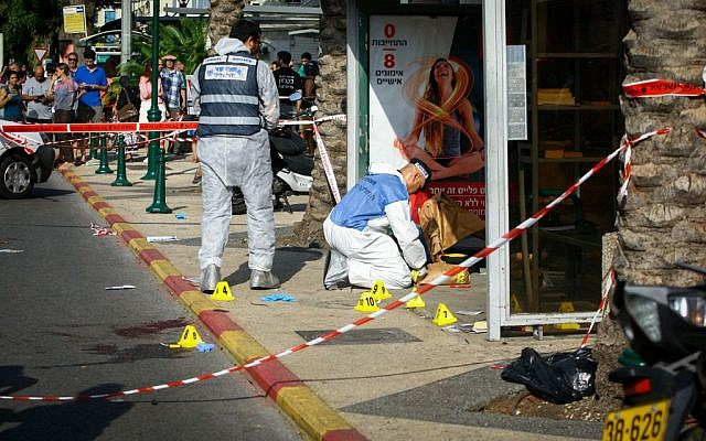 Police and rescue personnel at the scene of a stabbing terror attack in Ra'anana on October 13, 2015. (Flash90)