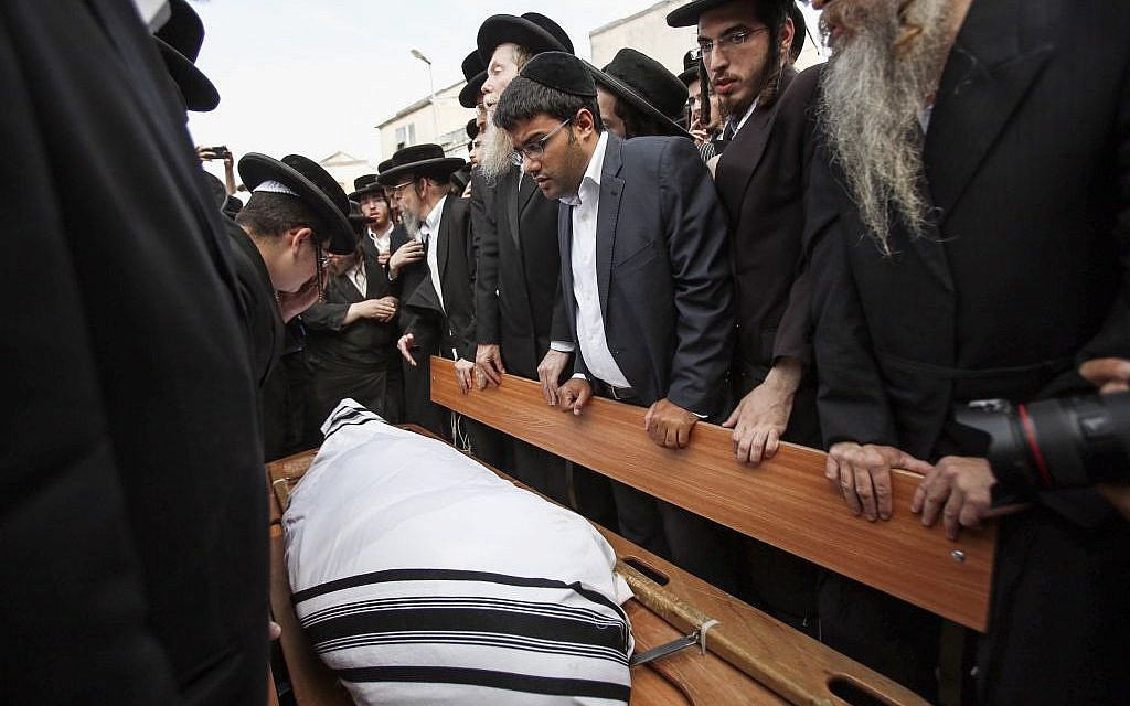 Israelis attend the funeral for Rabbi Yeshayahu Krishevsky, killed when a Palestinian rammed his car into pedestrians in Jerusalem on Tuesday, October 13, 2015 (Yonatan Sindel/FLASH90)