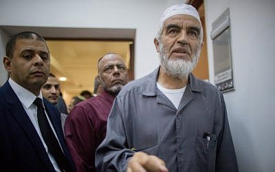 Sheikh Raed Salah, right, in the Jerusalem District Court on October 14, 2015 (Yonatan Sindel/Flash90)
