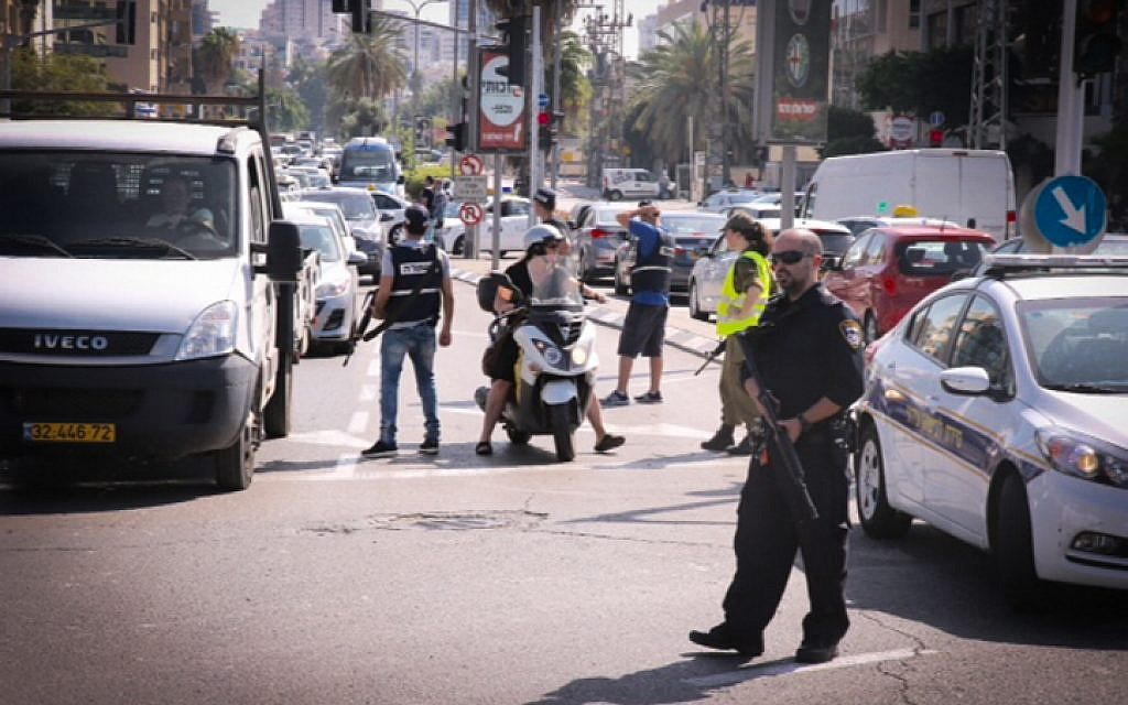 IDF soldiers and police block a road near the Azrieli Towers in Tel Aviv as police searched for two East Jerusalem suspects on October 15, 2015. (Flash90)