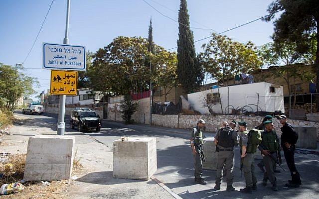 Israeli Border Police officers guard the entrance to the East Jerusalem neighborhood of Jabel Mukaber, on October 15, 2015. Yonatan Sindel/FLASH90)