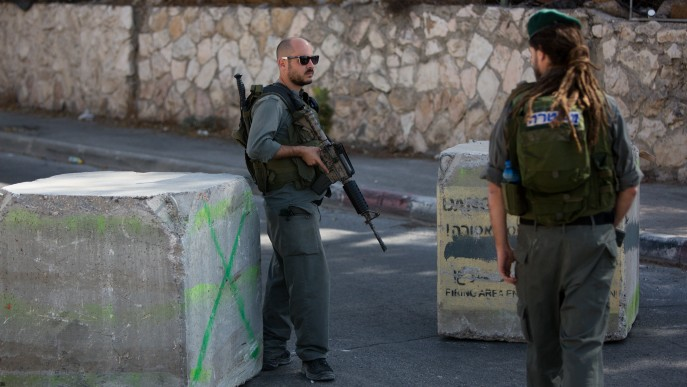 Israeli Border Police guard the entrance to the East Jerusalem neighborhood of Jabel Mukaber, on October 15, 2015. (Yonatan Sindel/Flash90)