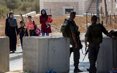 Israeli Border Police officers guard a checkpoint in the East Jerusalem neighborhood of Jabel Mukaber, on October 15, 2015. (Yonatan Sindel/Flash90)