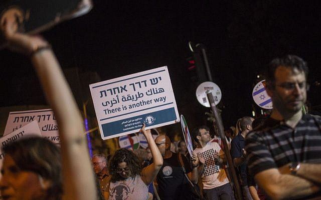 Hundreds attend a peace demonstration in central Jerusalem on October 17, 2015. (Hadas Parush/Flash90)