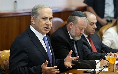 File: Prime Minister Benjamin Netanyahu leads the weekly cabinet meeting at his office in Jerusalem, October 18, 2015. (Amit Shabi/Pool)