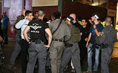 Israeli security forces at the scene of a terror attack at the Beersheba central bus station in the southern city, October 18, 2015. (Meir Even Haim/Flash90)