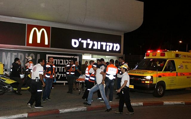 Police and rescue workers at the scene of shooting and stabbing attack at the Central Bus Station in the southern city of Beersheba, on October 18, 2015. (Meir Even Haim/Flash90)