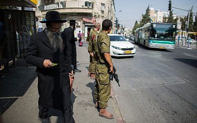 Israeli soldiers guard at a bus stop in the ultra-Orthodox neighborhood of Mea Shearim in Jerusalem on October 19, 2015. (Yonatan Sindel/Flash90)