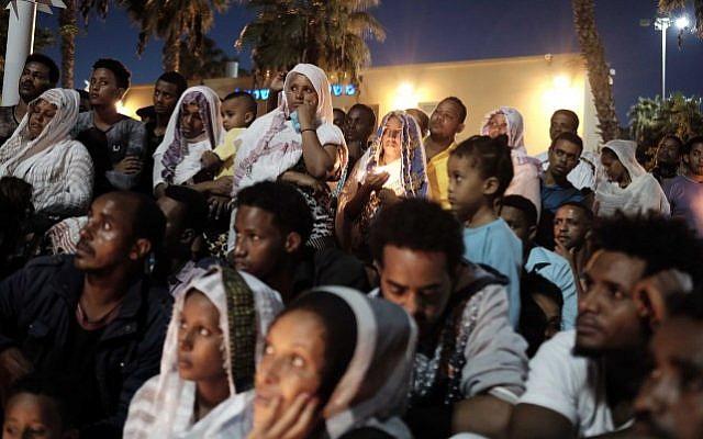 Hunderds attend a memorial ceremony for Haftom Zarhum from Eritrea, held by the Eritrean asylum seekers community in southern Tel Aviv, on October 21 2015. (Tomer Neuberg/Flash90)