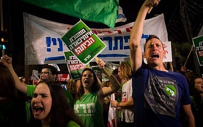 Thousands of Israelis attend a march organized by the 'Peace Now' movement from Rabin Square to the IDF headquarters in Tel Aviv on October 24, 2015. (Miriam Alster/FLASH90)