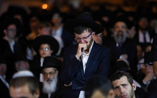 An ultra-Orthodox Jewish man mourns the death of Rabbi Haim Rothman in Har Nof, Jerusalem on October 24, 2015. (Yonatan Sindel/FLASH90)