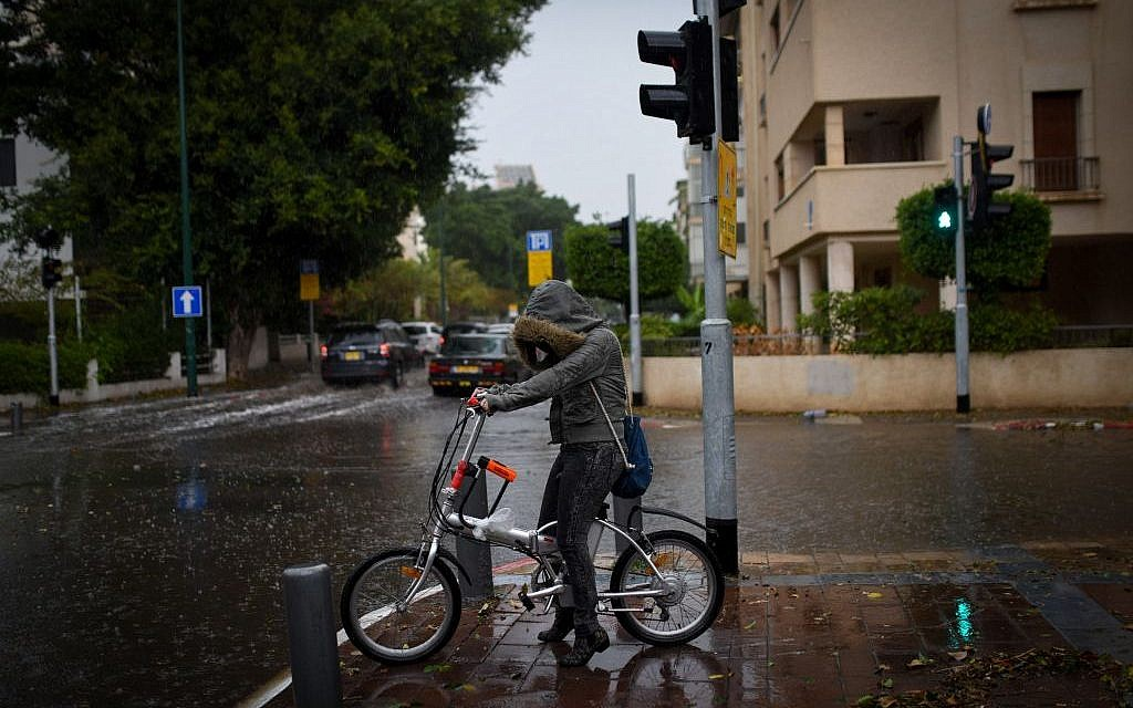 Heavy rain and strong winds as a thunderstorm hits Tel Aviv, on October 25, 2015 (Ben Kelmer/FLASH90)