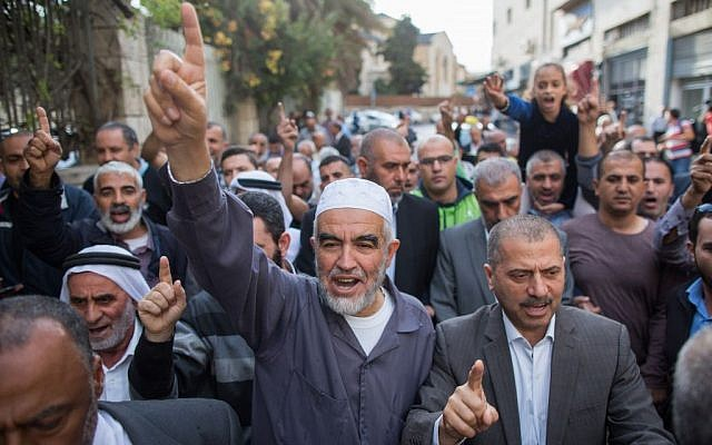 Sheikh Raed Salah, center, marches with supporters outside the Jerusalem District Court on October 27, 2015. (Yonatan Sindel/Flash90)