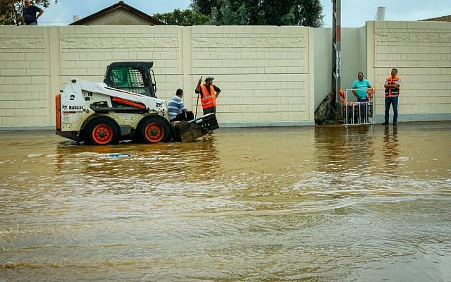 The flooded Weizman Street, in the central Israeli city of Raanana, due to heavy rain, October 28, 2015. (Chen Leopold/Flash90)