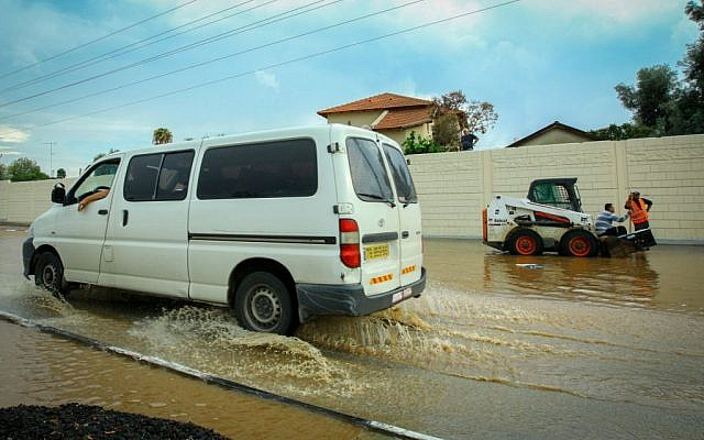 Weizmann Street, in the central Israeli city of Ra'anana, was flooded due to heavy rain, October 28, 2015. (Chen Leopold/Flash90)