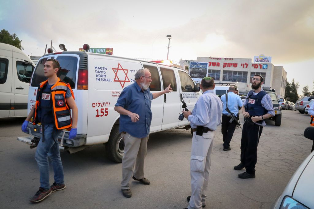 Israeli soldiers and rescue personnel outside Rami Levy supermarket in the Etzion Bloc in the West Bank, where a Palestinian attacker stabbed an Israeli woman in the back. She was brought to the hospital with moderate injuries. October 28, 2015. (Photo by Gershon Elinsonl/Flash90)