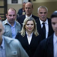 Sara Netanyahu, the wife of Prime Minister Benjamin Netanyahu, alongside advocate Yossi Cohen (right) in the Jerusalem Regional Labor Court, October 29, 2015. (Yonatan Sindel/Flash90)