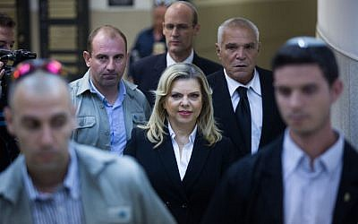 Sara Netanyahu, the wife of Prime Minister Benjamin Netanyahu along side advocate Yossi Cohen (right) in the Jerusalem Regional Labor Court, October 29, 2015. (Yonatan Sindel/Flash90)