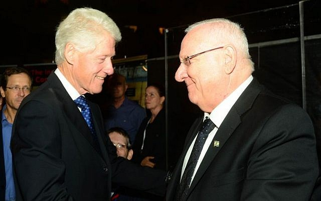 Israeli President Reuven Rivlin shake hands with former US president Bill Clinton during a rally marking 20 years since the assassination of Yitzhak Rabin at Tel Aviv's Rabin Square on October 30, 2015. (Photo by Kobi Gideon/GPO)