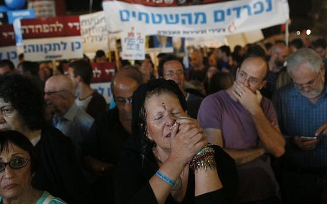 People attend a rally marking 20 years since the assassination of the late Israeli Prime Minister Yitzhak Rabin at Tel Aviv's Rabin Square on October 31, 2015. (Miriam Alster/Flash90)