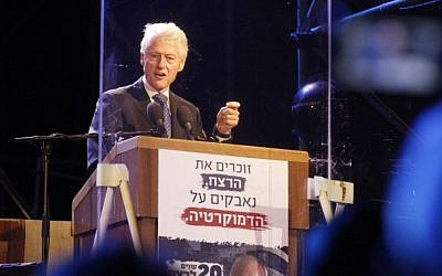 Former US president Bill Clinton delivers a speech behind a bulletproof glass during a rally marking 20 years since the assassination of the late Israeli prime minister Yitzhak Rabin at Tel Aviv's Rabin Square on October 31, 2015. (Miriam Alster/Flash90)