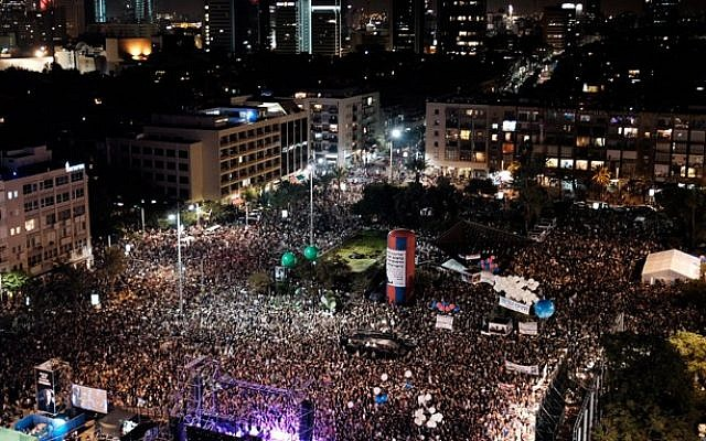 Thousands attend a rally marking 20 years since the assassination of the late Israeli Prime Minister Yitzhak Rabin at Tel Aviv's Rabin Square on October 31, 2015. (Tomer Neuberg/Flash90)