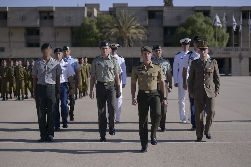 Twelve representatives from seven armies around the world complete the IDF's 9-week officer's training course on Oct. 21, 2015. (Hadar Ben-Simon/IDF Spokesperson's Unit)