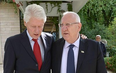 Former US president Bill Clinton meets with President Reuven Rivlin in Jerusalem on October 30, 2015 (GPO)