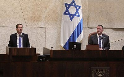 Opposition leader Issac Herzog addresses the Knesset plenum on the security situation, hours after three Israelis were killed in terror attacks, on October 13, 2015. (Photo from Knesset Spokesman)