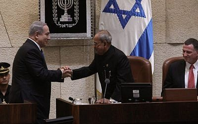 Indian President Pranab Mukherjee shakes the had of Israeli Prime Mininster Benkamin Netanyahu from the podium of the Knesset , October 14, 2015 (Photo courtesy of Knesset Spokesman)
