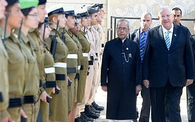Indian President Pranab Mukherjee, left, inspects IDF troops with President Reuven Rivlin during the first official visit to Israel of an Indian leader, October 14, 2015 (Mark Neyman/GPO)