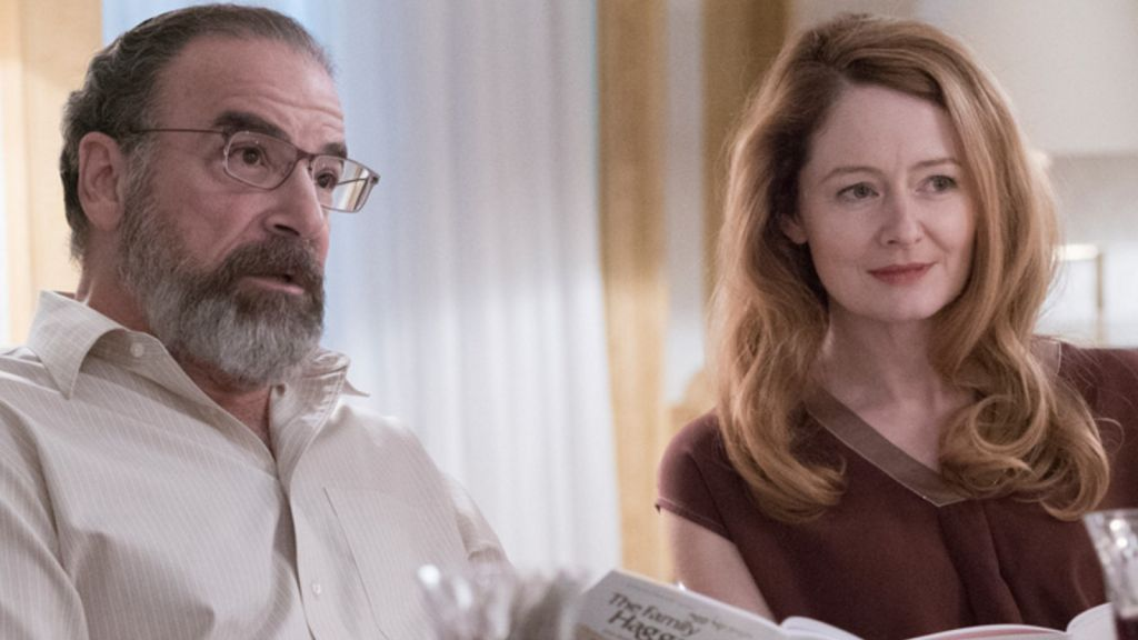 Mandy Patinkin's character Saul Berenson (left) opens this week's episode of 'Homeland' at a Passover seder. (YouTube screenshot)