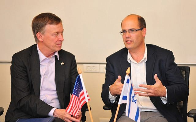 Colorado Governor John Hickenlooper (L) and Avi Hasson, Chief Scientist at the Ministry of  Economy,  sign the new R&D agreement in Jerusalem, October 19, 2015. (Courtesy)
