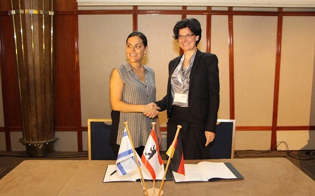 Yael Weinstein, Director of Economic Development at Tel Aviv Global (L) and Andrea Joras sign the start-up cooperation agreement October 11, 2015 (Courtesy)