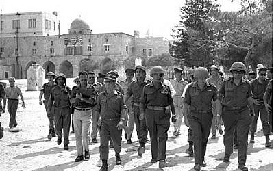 Moshe Dayan at the Temple Mount, June 7, 1967 (Ilan Bruner / GPO)