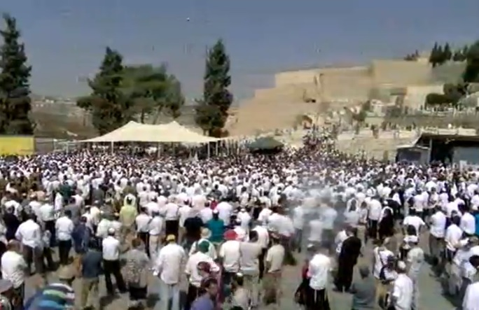 Thousands attend funeral for Rabbi Nehemia Lavi in Jerusalem on October 4, 2015 (screen capture: Walla news)