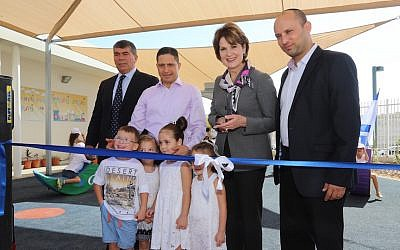 (From left to right): Former IDF chief of staff and chairman of the Rashi Fund, Gabi Ashkenazi; Beersheba Mayor Ruby Danilovich; Lockheed-Martin CEO Marilyn Hewson; and Education Minister Naftali Bennett at the opening of the Beersheba tech kindergarten, October 14, 2015. (Sasson Tiram)
