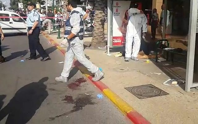 Police at the scene of a stabbing attack in Ra'anana on October 13, 2015 (screen capture: Israel Police)