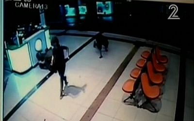 Security camera footage showing an alleged attacker crawling in the Beersheba central bus station on October 18, 2015. (screen capture: Channel 2)