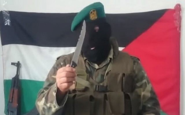 A masked man instructs Palestinians on how to sharpen knives for stabbings (MEMRI/YouTube clip)