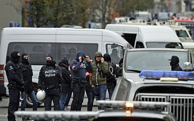 Police officers man a cordon as an operation takes place in the Molenbeek district of Brussels on November 16, 2015. (AFP/ BELGA / BENOIT DOPPAGNE)