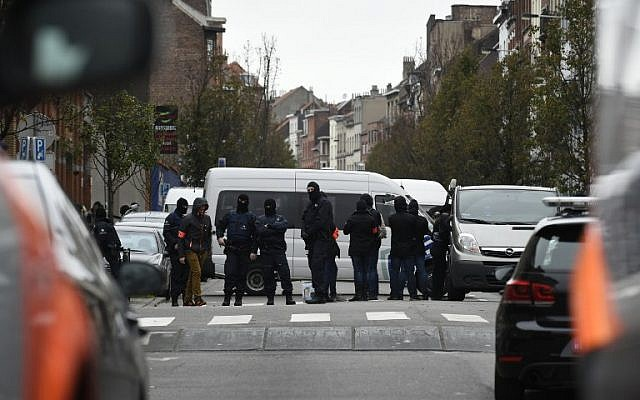 Police officers man a cordon as an operation takes place in the Molenbeek district of Brussels on November 16, 2015. (AFP/JOHN THYS)